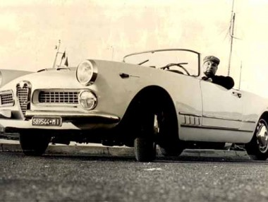 Tom Ponzi alla guida di un' Alfa Romeo