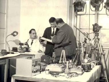 Tom Ponzi al lavoro in un laboratorio dell'epoca